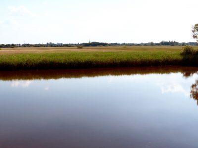 Rätselbild: Blick auf den Ilmenaukanal, die Osterwiesen und Winsen vom Schöpfwerk bei Laßrönne.