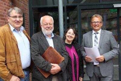 Übergabe der Unterschriften: Dietmar Holz, Dr. Erhard Schäfer, Evelyn Thorborg, Christian Riech (Erster Stadtrat)